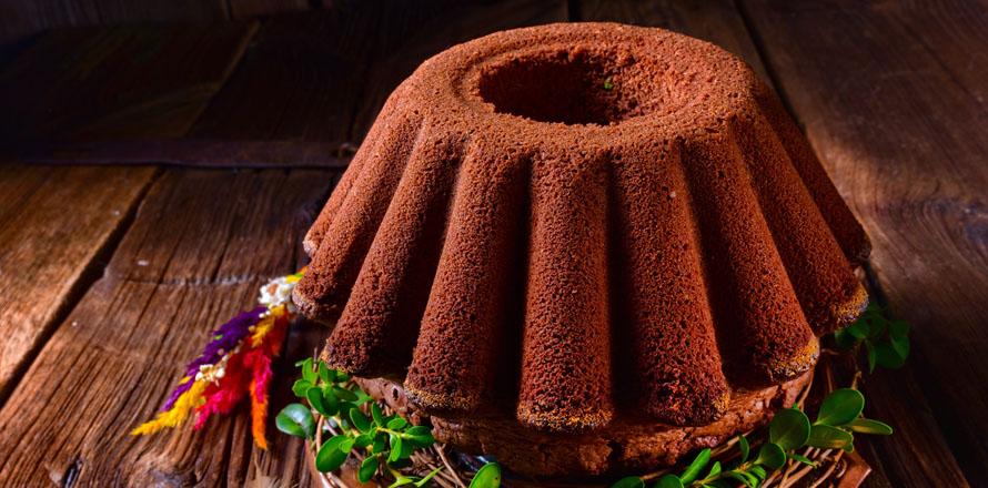 Ein Schokoladenkuchen auf dem Tisch, darum befindet sich österliche Deko