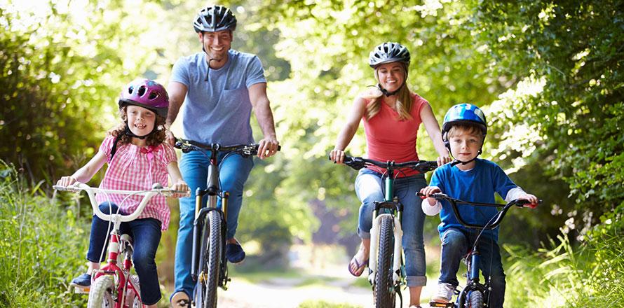 Familie fährt mit dem Rad durch den Wald